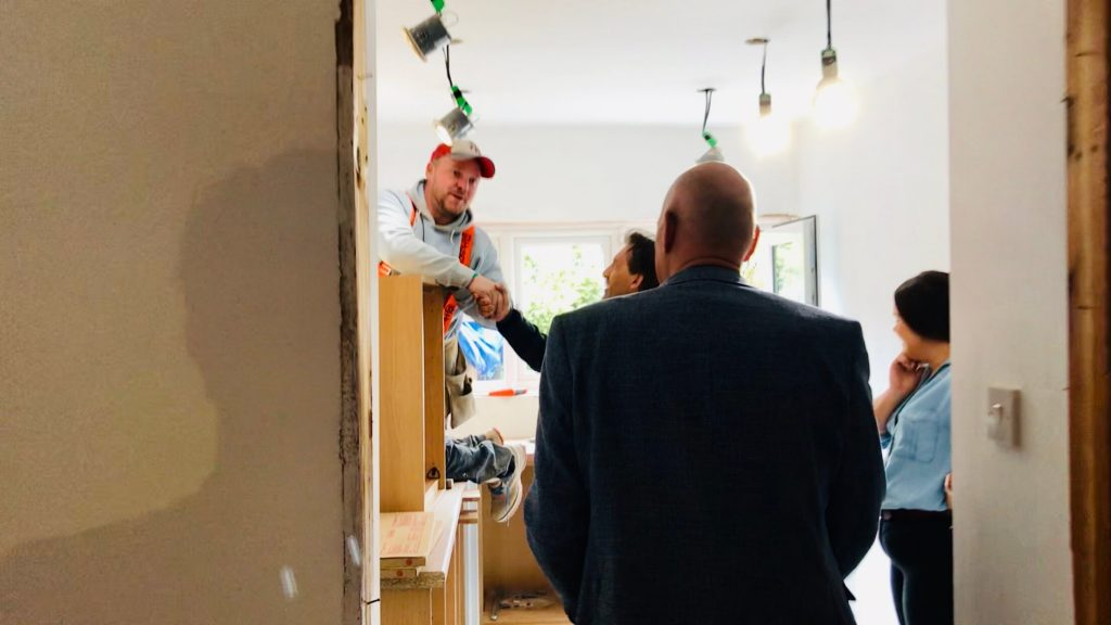 hand geven aan bouwers